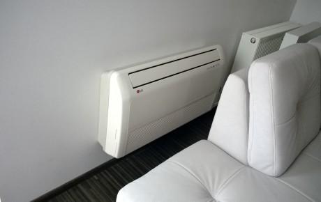 Jednostka wewnętrzna przyścienno-podsufitowa marki LG w salonie